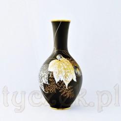 Szlachetną białą porcelanę pokryto czarną, matową malaturą