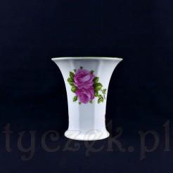 Uroczy wazon ze śnieżnobiałej porcelany ozdobiony został kompozycją różaną
