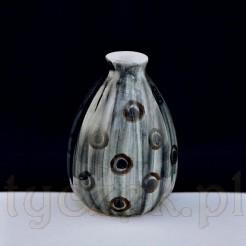 Wazonik wykonany z fajansu we Włocławku - pękata forma ze żłobieniami
