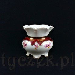 Luksusowy wazonik z białej porcelany reprezentuje model Pompadour