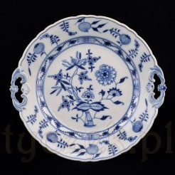 Cebulowy wzór zdobi białą porcelanową paterę z lat 1872 -1882