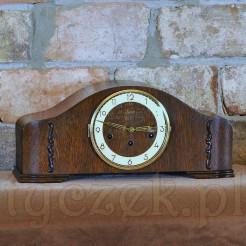 Zegar w oryginalnej skrzyni z delikatnymi aplikacjami po bokach
