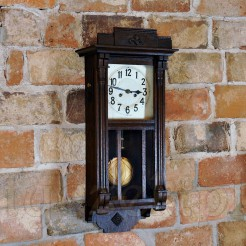 Przepiękny zegar o finezyjnej formie z kolumnami