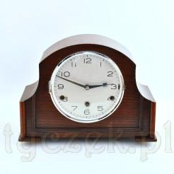 gabinetowy zegar w drewnianej obudowie z czytelną srebrzystą tarczą