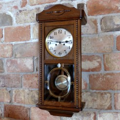 Cudny zegar wiszący w dębowej skrzyni ze sprawnym werkiem Becker