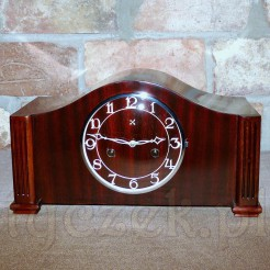 Piękny mazerunek i usłuojenie okleiny dodają uroku zegarowi kominkowemu