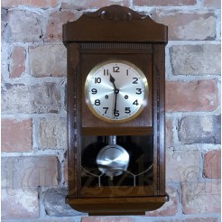 Ładny zegar drewniany do zawieszenia w mieszkaniu