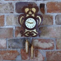 Rarytasowy zegar wiszący ze złoconego drewna z odważnikami na łańcuchach