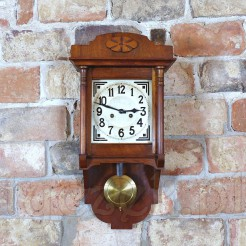Okazały zabytek techniki: zegar ścienny o niecodziennej formie