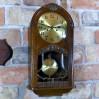 Baba zabytkowy zegar wiszący HAU w dębowej skrzyni z witrażem
