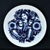 Uśmiechnięta, kobaltowa dama wśród kwiatów na ogromnej paterze Rosenthal Studio-Linie
