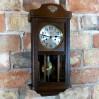 Ozdobny i sprawny zegar zabytkowy do zawieszenia w salonie w mieszkaniu