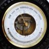 Fazowana szybka skrywa piękny barometr i rzadki, półokrągły termometr