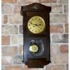 Elegancki zegar GB wiszący w ozdobnej skrzyni z witrażem