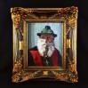 Portret starszego mężczyzny zerkającego spod ronda fikuśnego kapelusza dekorowanego ciemnozieloną draperią