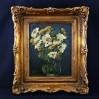 Kompozycja ukazująca bukiet jasnych kwiatów w typie złocieni/astrów ułożonych w szklanym wazonie na ciemnym tle