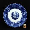 Duży talerz dekoracyjny z kobaltowo-niebieskim ornamentem i scenką