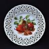 Owocowy talerzyk wykonany z białej porcelany pochodzi z przełomu XIX i XX wieku