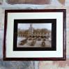 Zabytkowa czarno - biała fotografia z widokiem na remizę strażacką.