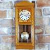 Gustowny zegar na ścianę w jasnej obudowie z drewna politurowanego