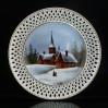 Dekoracyjny talerz z białej porcelany zdobiony złoceniem.